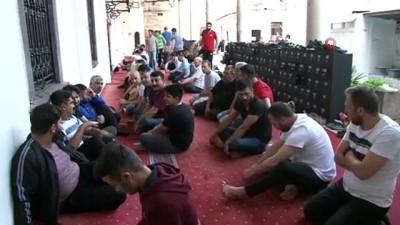 İzmirliler bayram namazı için Hisar Camiine akın etti