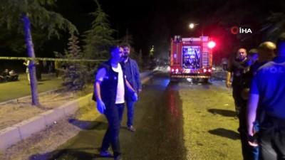 Orta refüje çarpan otomobil alev aldı: 2 ölü