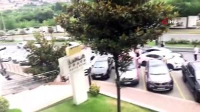 Bahçeşehir'de banka çıkışı kadına kapkaç dehşeti...Kapkaççıların kaçma anı kamerada