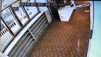 bluetooth -  Camiye girerken görüntülenen hırsız, yardım kutusundan 500 TL çaldı