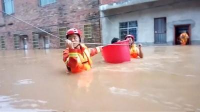 Muson yağmurları sebebiyle Çin'de 25 bin kişi güvenli bölgelere nakledildi
