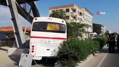 Servis otobüsü ile hafriyat kamyonu böyle çarpıştı: 2'si ağır 13 yaralı