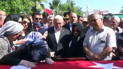 Bakan Pakdemirli'den şehit Üsteğmenin ailesine taziye ziyareti
