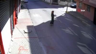nadan -  Küçük çocuğun otomobilin altında kalmaktan son anda kurtulduğu anlar kamerada