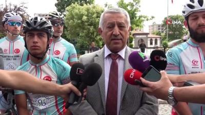 Profesyonel bisikletçiler Ömer Halis Demir'in mezarına doğru yola çıktı