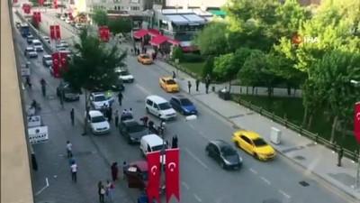 saglik ekibi -  Başkent'te otomobilin açılan kapısına motosiklet çarptı: 1 yaralı