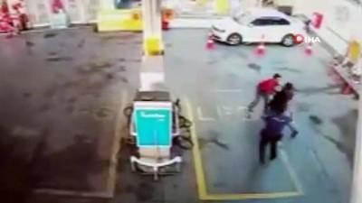 biber gazi -  Saldırganı polis bile durduramadı... Akaryakıt istasyonunda dehşet anları kamerada