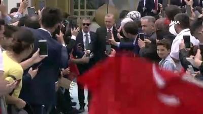 Cumhurbaşkanı Erdoğan, şehitler anıtına çiçek bıraktı