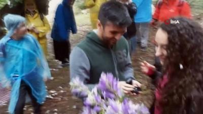 Doğa yürüyüşünde sürpriz evlenme teklifi