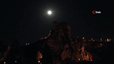 Kapadokya'da 'Parçalı Ay Tutulması' kartpostallık görüntüler oluşturdu