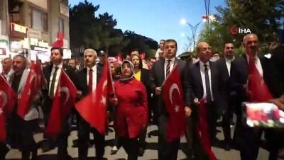 Kırşehir'de halk Cacabey Meydanında darbecilere karşı yürüdü