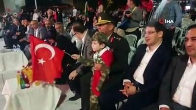 Minik asker üniformasıyla paşaya selam durdu