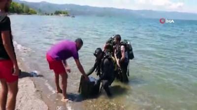 Tarihi eser olduğu ihbarıyla göle dalan dalgıçlar bula bula taş duba buldu