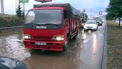 Afyonkarahisar'da yol üzerinde biriken su uzun araç kuyrukları oluşturdu Video