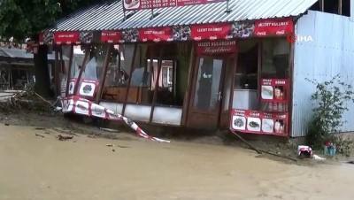 Aşırı yağış, sel ve toprak kaymasına neden oldu: 10 kişi mahsur kaldı