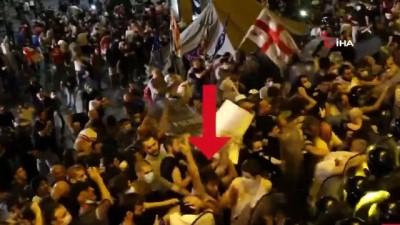 parlamento -  - Gürcistan'ta protestocuların polise saldırdığı anlar kamerada - Gürcistan, parlamento binası önünde yapılan protestolara ait görüntüleri paylaştı