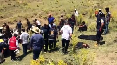 Kaçak şahısları taşıyan minibüs takla attı: Ölü ve yaralılar var