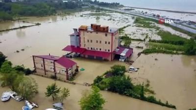 siddetli yagis -  Yoğun yağış Kocaali-Akçakoca yolunu ulaşıma kapadı...Selin oluşturduğu tahribat havadan görüntülendi