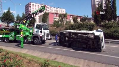 Ataşehir'de virajı alamayan kamyon devrildi: 1 yaralı...Devrilen kamyon trafikte uzun kuyruklar oluşturdu
