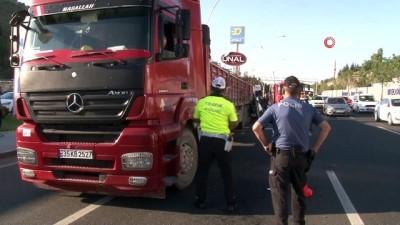 saglik ekibi -  Başkent'te kamyonet, önündeki tıra ok gibi saplandı: 1 ölü