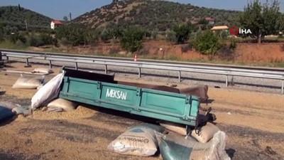 Kamyonla traktör çarpıştı: 2 ölü...Hayvan yemleri yola saçıldı