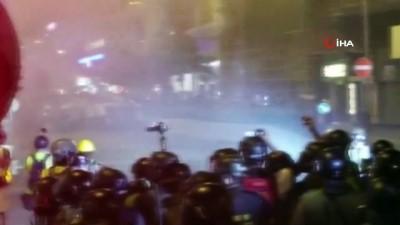 - Hong Kong'da binlerce kişi yeniden sokaklarda