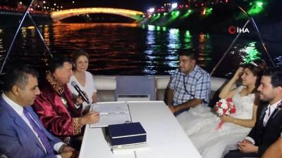 Hatay'da Asi Nehri'nde Nikah Kıyıldı