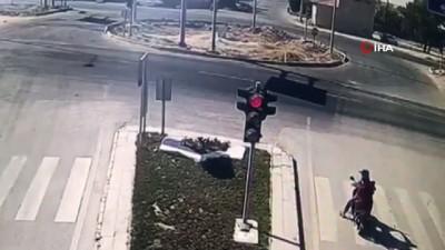 kirmizi isik -  Otomobilin motosiklete çarptığı kaza güvenlik kamerasına yansıdı: 4 yaralı