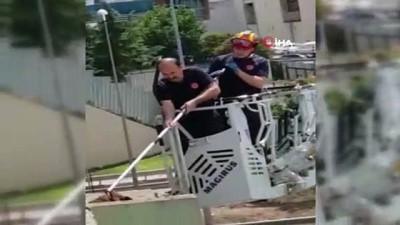 kurtarma operasyonu -  İtfaiyenin üst geçitte mahsur kalan köpeği kurtarma operasyonu kamerada