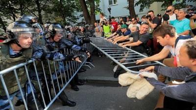 Moskova'da seçim protestosuna katılan yüzlerce muhalife gözaltı