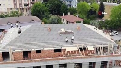 insaat alani -  İnşaatın çatısındaki tehlikeli çalışma havadan görüntülendi