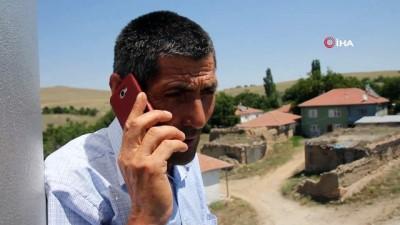 Bu köyde vatandaşlar telefonla görüşmek için cami minaresine çıkıyor