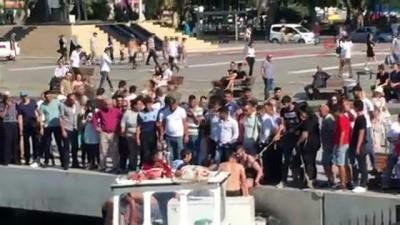 manama -  Kadıköy'de denize düşen iki kadının kurtarılma anları kamerada
