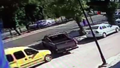 Yaya geçidinden geçen çocuğa otomobil böyle çarptı