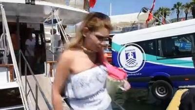 Denize düşmek üzere olan minibüs kurtarıldı - MUĞLA