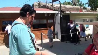 Engelli şahıs, Tarihi Cezaevi önünde kitap satarak geçimini sağlıyor