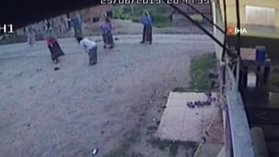 Hayvanları yanlış ahıra giren iki aile birbirine girdi...Kadınların darp edildiği kavga kameraya böyle yansıdı