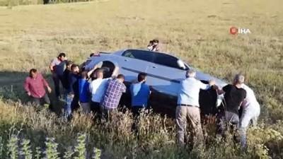 Tarlaya uçup yan yatan otomobil imece usulü düzeltildi