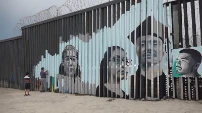 sinir disi - ABD'den sınır dışı edilen Meksikalı göçmenlerin yüzleri 'Trump duvarı'da