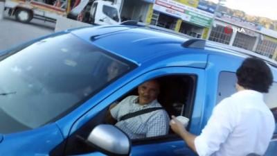 Bayram göçüne çıkan sürücülere pilav ikramı