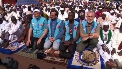 - TDV, Abidjan'da Bayram Namazı Sonrası Kur'an-ı Kerim Dağıttı