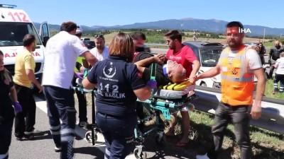 yasli adam -  TEM'de bariyerlere çarpan lüks cip refüje uçtu: 4 yaralı