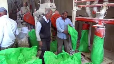 Çiftçiler ekmek için buğdaylarını öğütmeye başladı