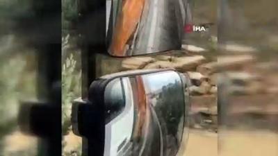 Kocaeli'de yoğun yağmur ve dolu yağışı...Göle dönen yollarda vatandaşlar araçların üzerinde mahsur kaldı