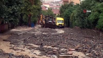 is makinesi -  Üsküdar Bosna bulvarında yoğun yağış sonrası yol çöktü