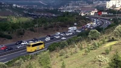 Tatilciler dönmeye devam ediyor... TEM'de bayram dönüşü trafiği havadan görüntülendi
