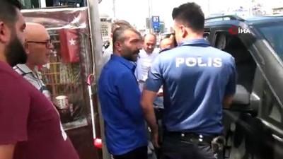 bicakli kavga -  Taksim Meydanı'nda seyyar çaycıyla minibüs şoförü arasında arbede