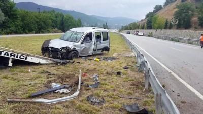 meyra - Amasya'da hafif ticari araç devrildi: 5 yaralı