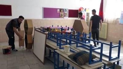 Belediye başkanı gençlerle birlikte okul boyuyor