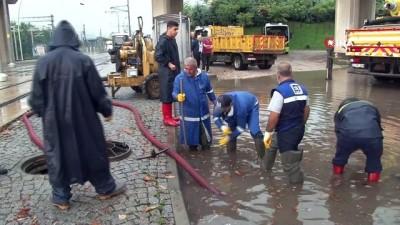 Sağanak yağışın etkili olduğu Kocaeli'de ekiplerden yaşanan olumsuzluklara anında müdahale